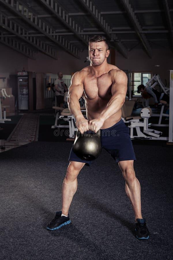 Exercício do homem do exercício do balanço de Kettlebells da aptidão fotos de stock