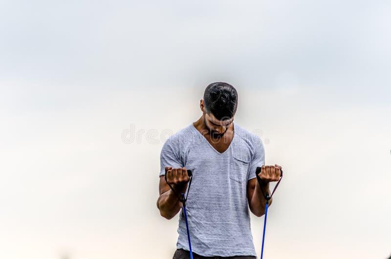 Exercício do homem exterior foto de stock