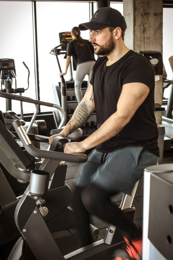 Exercício do homem novo no Gym fotografia de stock royalty free
