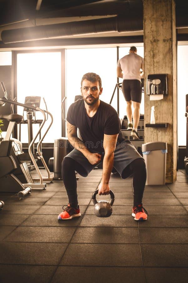 Exercício do homem novo no gym Front View fotografia de stock