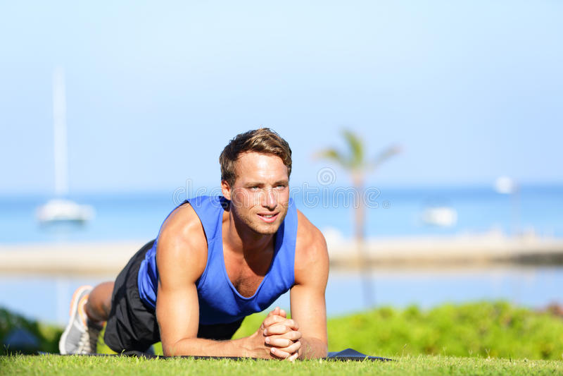 Exercício do núcleo da prancha - treinamento do homem da aptidão foto de stock royalty free