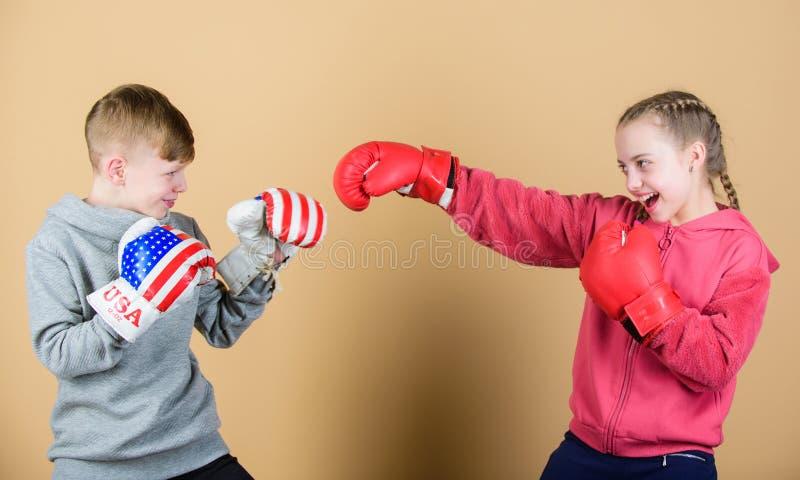 Exercício do pugilista pequeno da menina e do menino no sportswear Crianças felizes em luvas de encaixotamento Dieta da aptidão K foto de stock