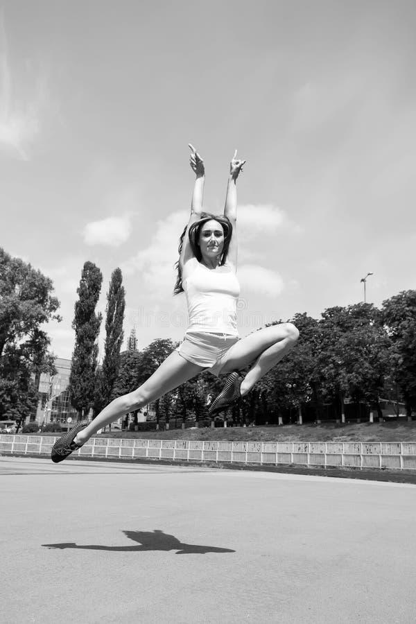Exercício e salto da mulher imagens de stock royalty free