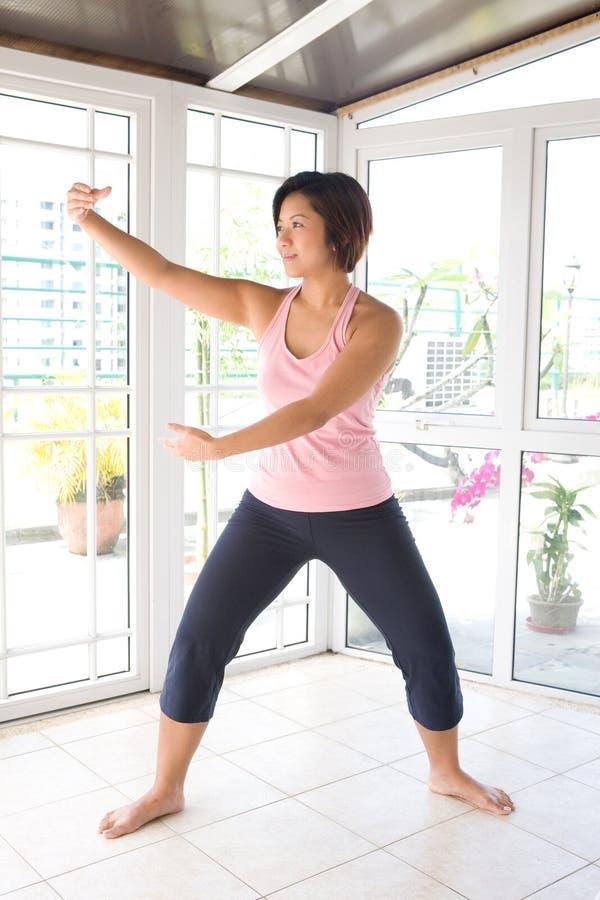 Exercício fazendo fêmea asiático do TAI-qui. fotos de stock