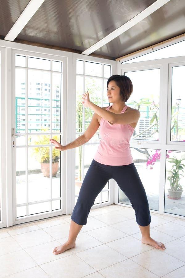 Exercício fazendo fêmea asiático do TAI-qui. fotografia de stock royalty free