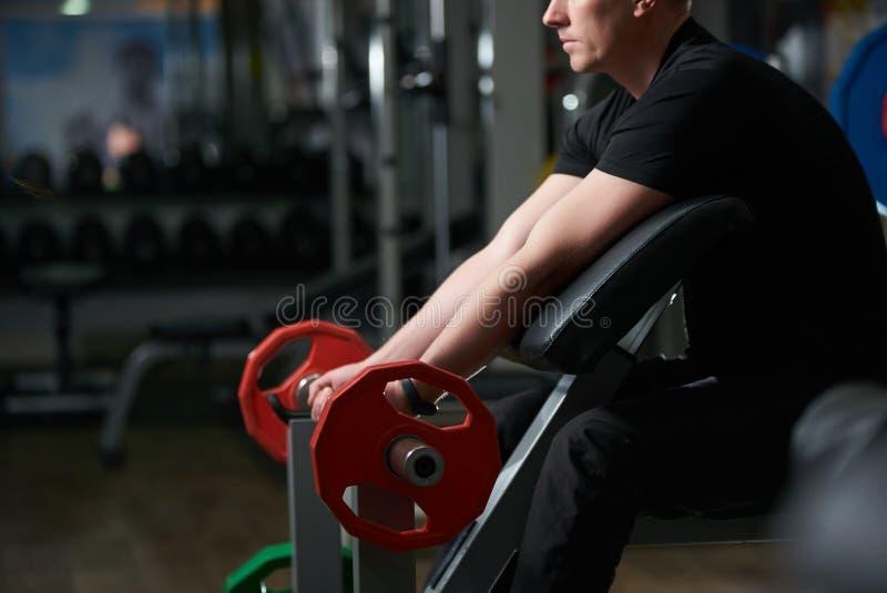 Exercício fazendo masculino muscular considerável do bíceps Treinamento do homem fotografia de stock royalty free