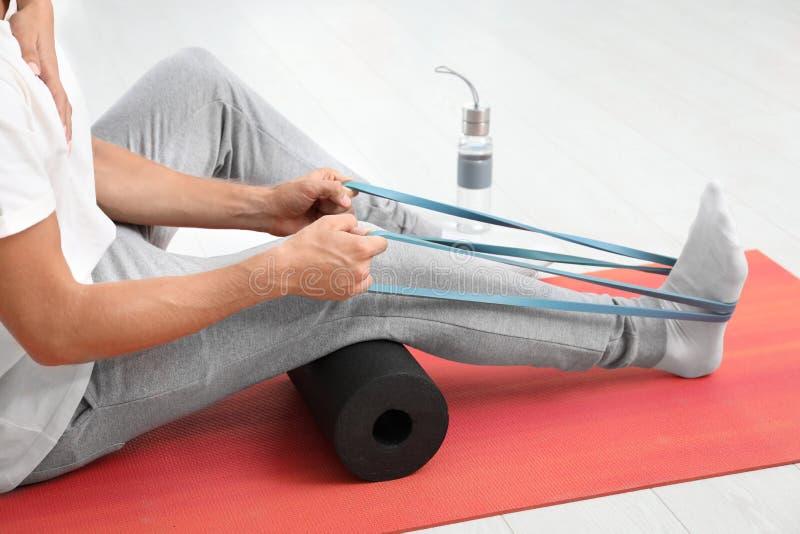Exercício fazendo paciente durante a sessão da fisioterapia imagem de stock