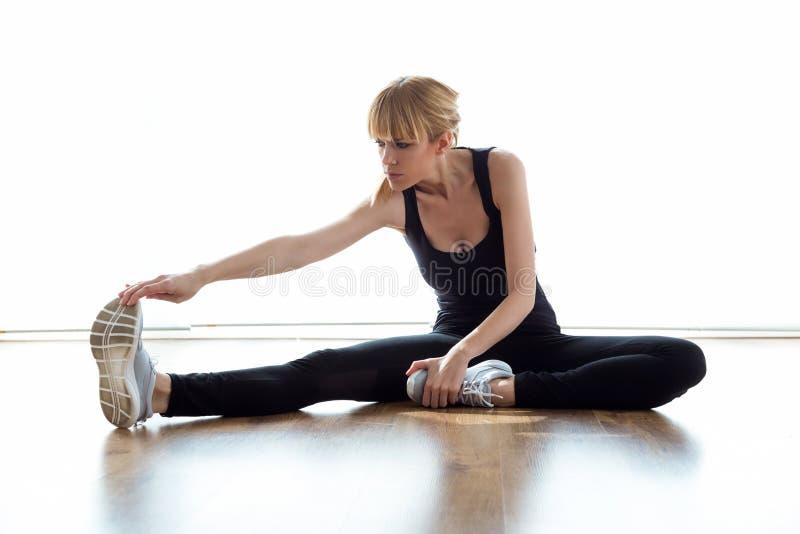 Exercício fazendo paciente durante a sessão da fisioterapia na físico sala fotografia de stock royalty free
