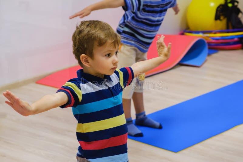 Exercício feliz das crianças do desportista, gym da aptidão imagens de stock royalty free