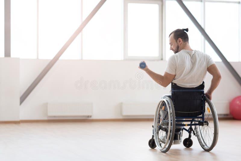 Exercício inválido novo agradável com pesos no gym imagem de stock royalty free
