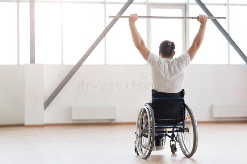 Exercício inválido novo forte com pesos no gym fotos de stock royalty free