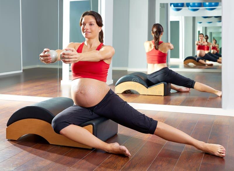 Exercício lateral dos stretchs dos pilates da mulher gravida fotos de stock