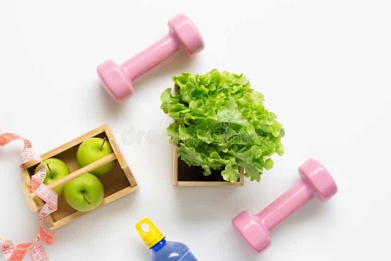 Exercício liso e aptidão colocados que fazem dieta o estilo de vida saudável com as maçãs verdes do alimento saudável e alface ve fotos de stock