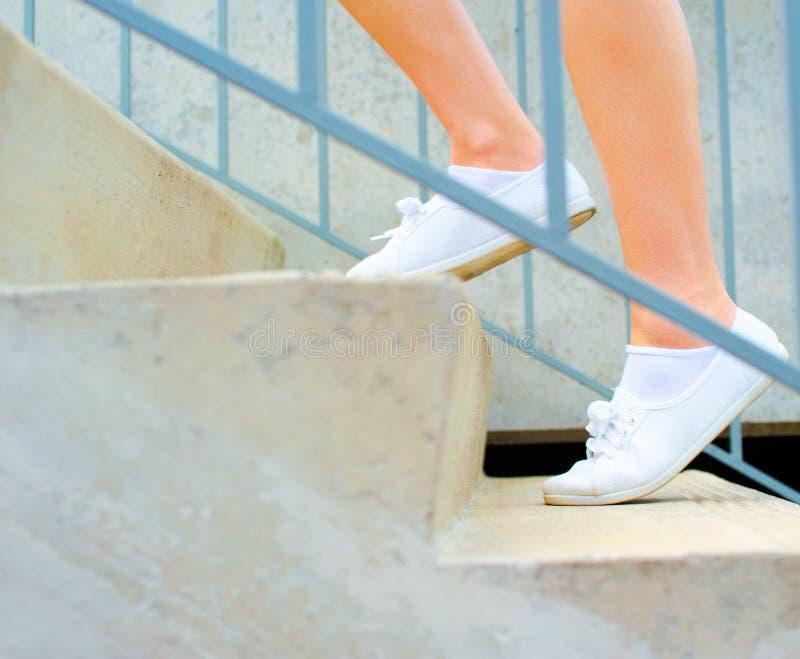 Exercício maduro urbano da mulher foto de stock