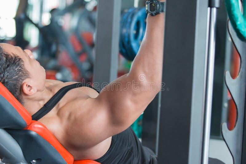 Exercício muscular cândido da imprensa de banco do halterofilista com machi do smith fotografia de stock royalty free