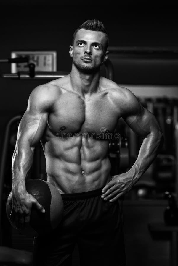 Exercício muscular do homem com bola médica imagens de stock royalty free