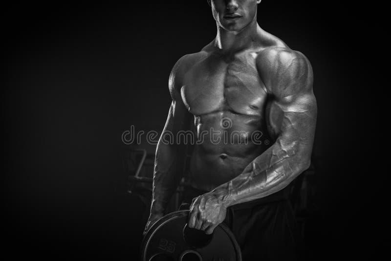 Exercício muscular do homem com placa do barbell imagem de stock