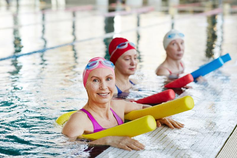 Exercício na piscina imagens de stock royalty free