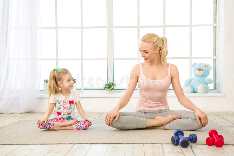 Exercício novo da mãe e da filha junto dentro imagens de stock
