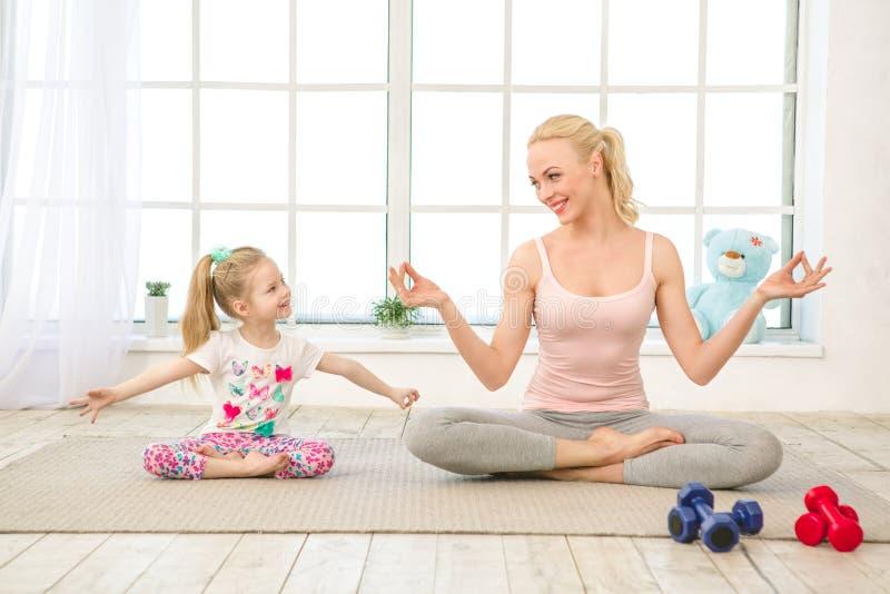 Exercício novo da mãe e da filha junto dentro fotografia de stock