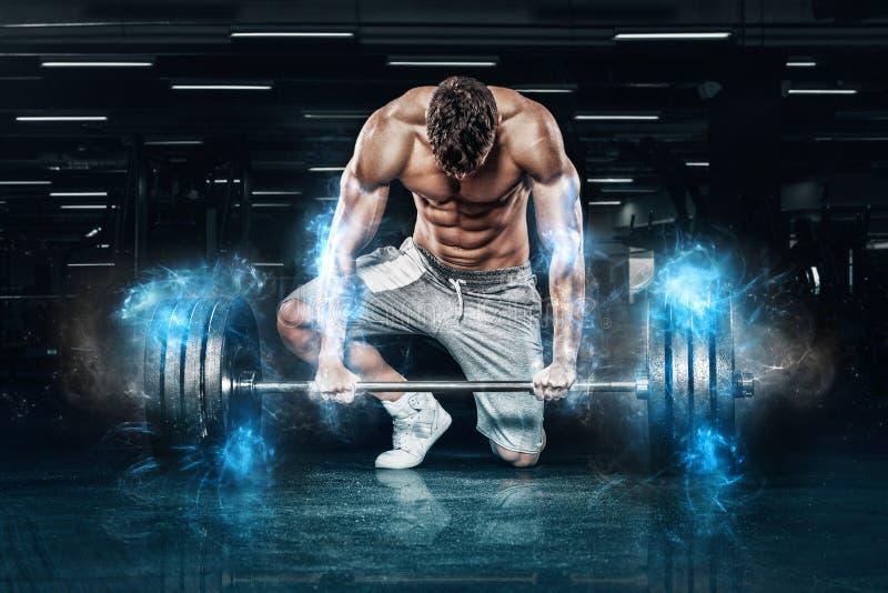 Exercício novo muscular do homem dos esportes com o barbell no gym Motivação da aptidão da energia fotos de stock