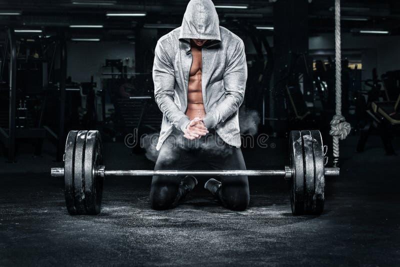 Exercício novo muscular do homem dos esportes da aptidão com o barbell no gym da aptidão fotos de stock