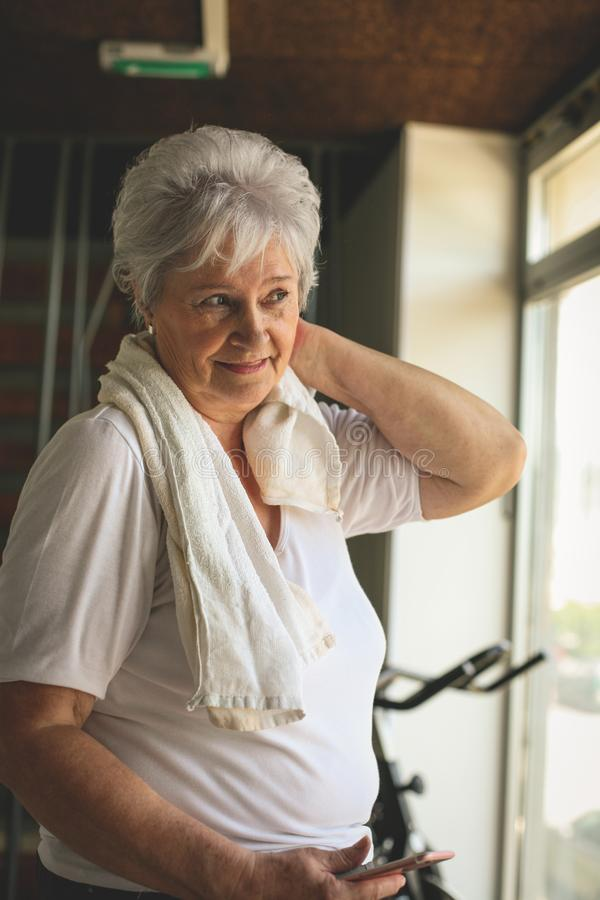 Exercício superior da mulher no gym imagem de stock royalty free