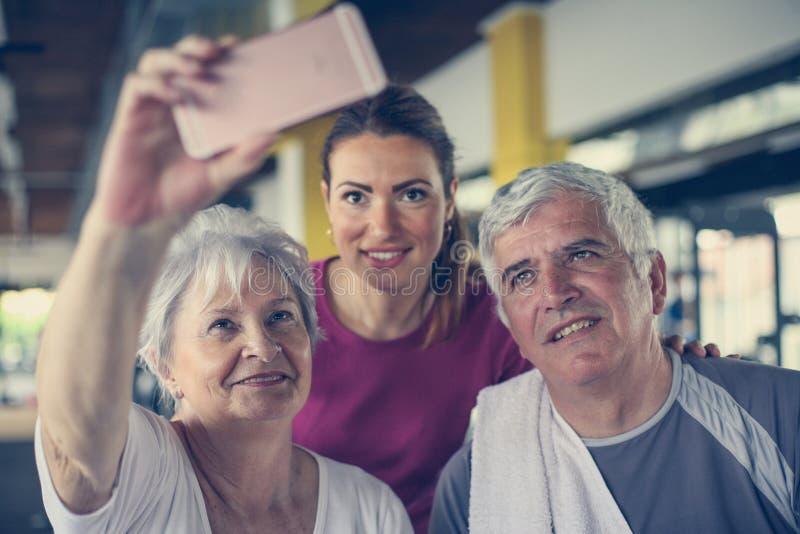 Exercício superior dos pares no gym foto de stock royalty free