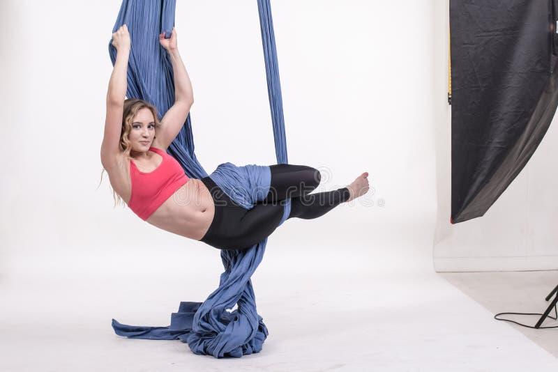 Exercícios agradáveis da menina e dos esportes fotografia de stock
