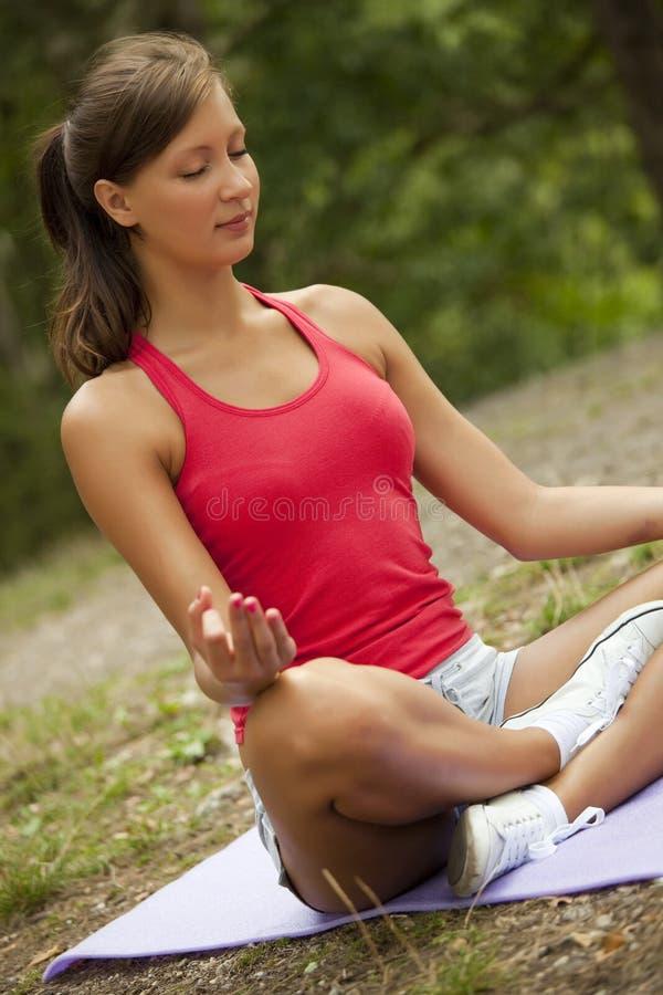 Exercícios da ioga foto de stock