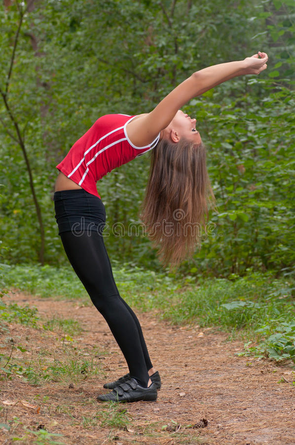 Exercícios da manhã no parque imagem de stock