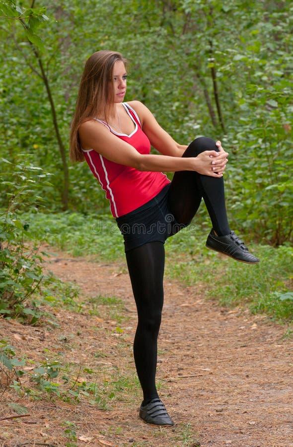 Exercícios da manhã no parque fotografia de stock royalty free