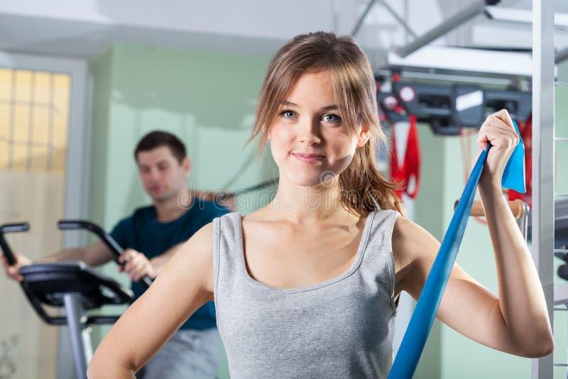 Exercícios da reabilitação na clínica da fisioterapia imagens de stock