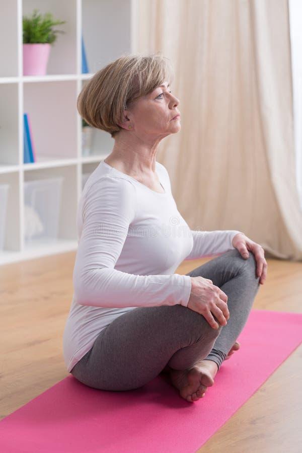 Exercícios de respiração na ioga fotografia de stock