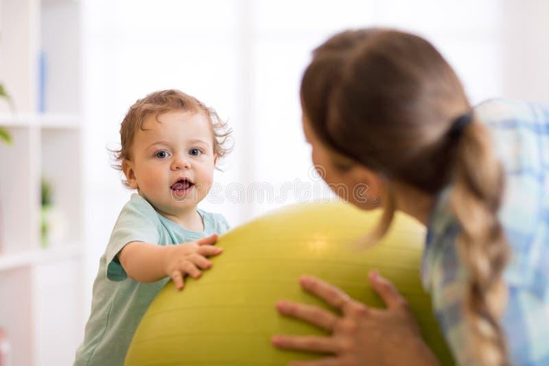Exercícios do bebê no fitball foto de stock royalty free