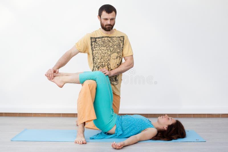 Exercícios dos pares massage imagens de stock