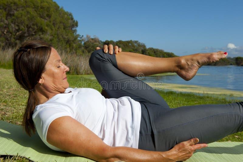 Exercícios ginásticos da mulher fotografia de stock