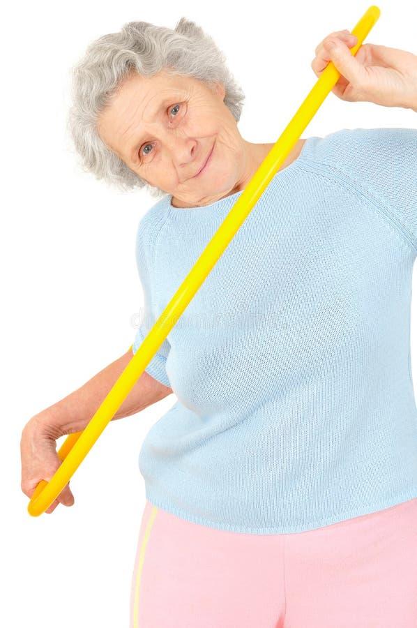 Exercícios ginásticos da mulher superior com aro foto de stock