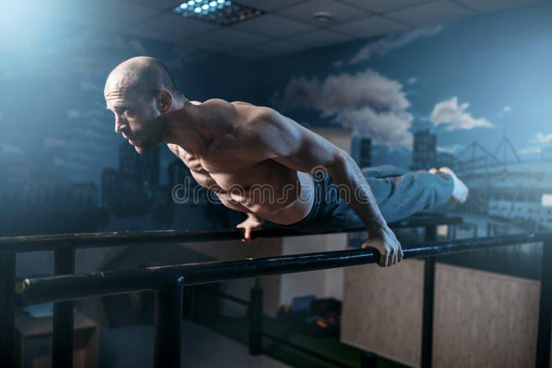 Exercícios horizontais do equilíbrio em barras ginásticas imagens de stock royalty free