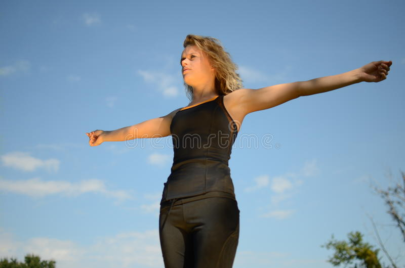 Exercícios modelo fêmeas no parque imagem de stock