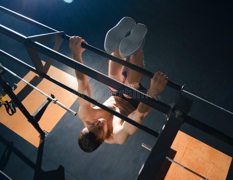 Exercícios novos do desportista na barra horizontal no Gym funcional moderno Aptid?o e conceito saud?vel do estilo de vida imagem de stock