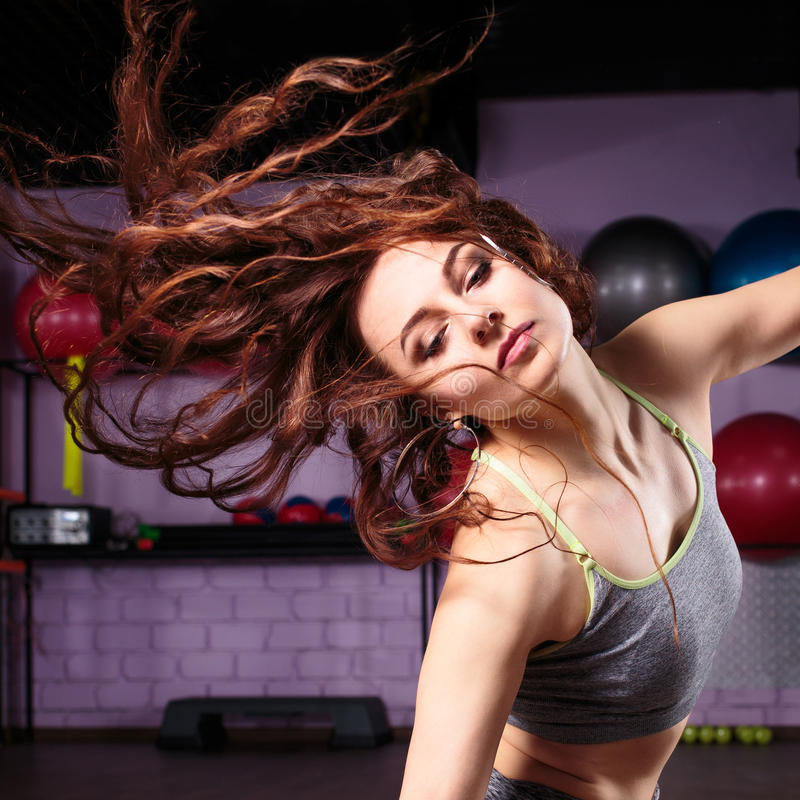 Exercícios novos do zumba da dança da mulher do dançarino imagem de stock