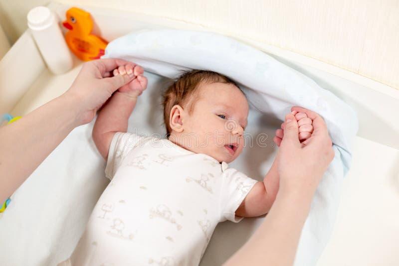 Exercícios para o bebê O bebê recém-nascido está apreciando a massagem da mãe fotografia de stock royalty free