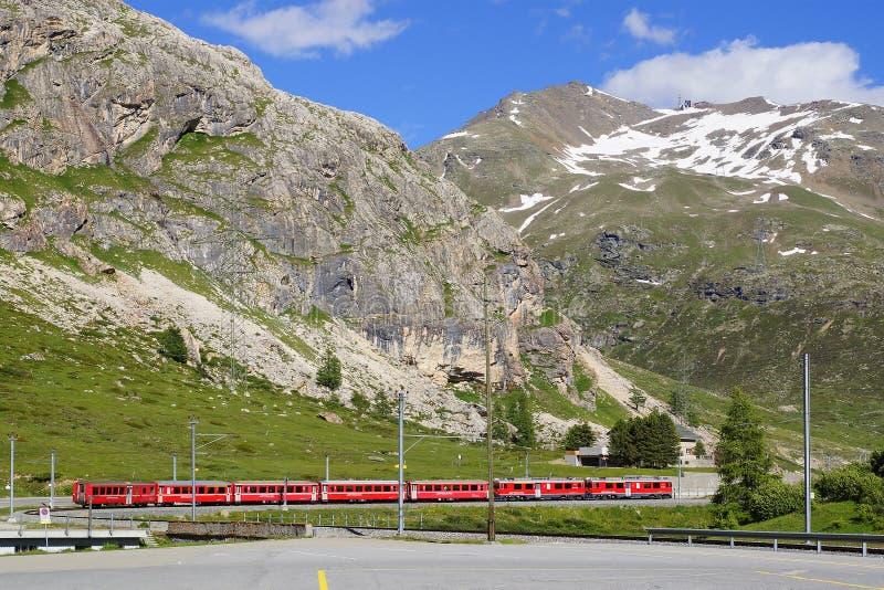 Exercez-vous près de la station de Bernina Diavolezza sur la ligne ferroviaire de Bernina image libre de droits