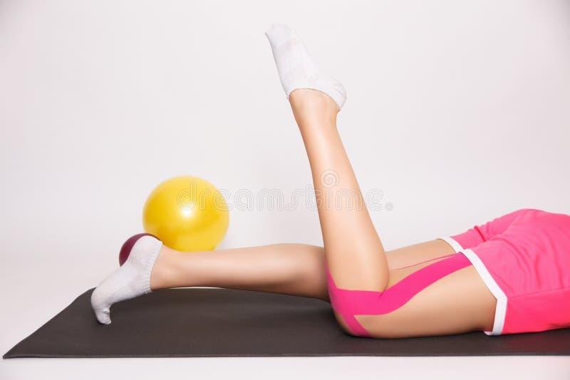 Exercice après blessure à la jambe image stock