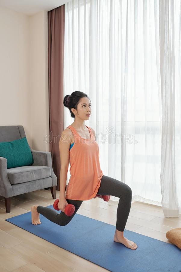 Exercice avec des poids image stock