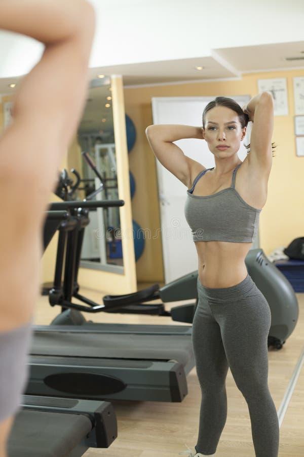 Download Exercice Convenable De Femmes Dans Le Gymnase Image stock - Image du people, femelle: 45354931