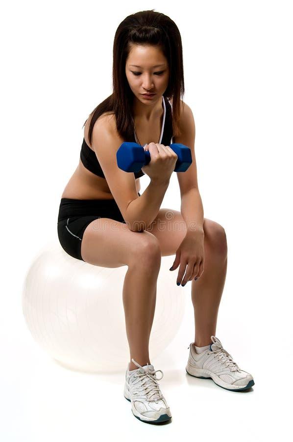 Exercice convenable de jeune femme image stock