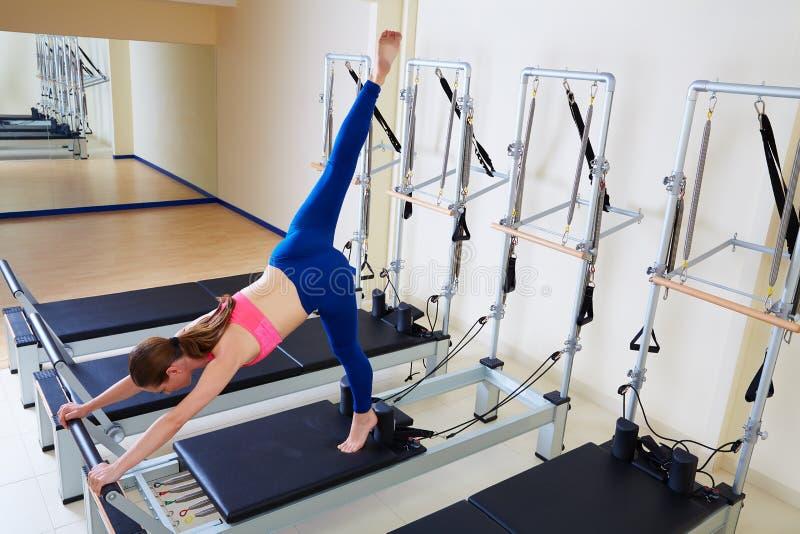 Exercice d'arabesque de femme de réformateur de Pilates photographie stock libre de droits