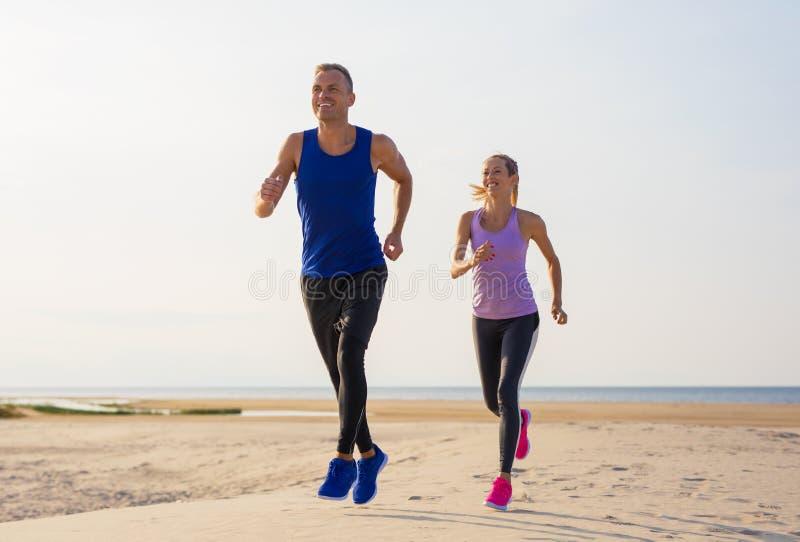 Exercice d'homme et de femme dehors photos libres de droits